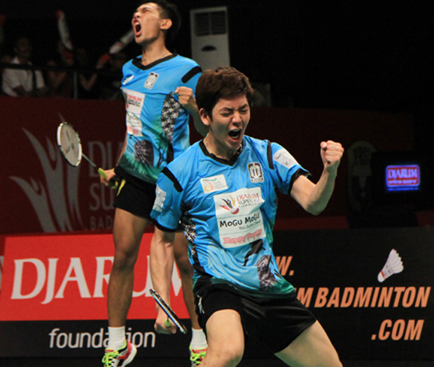 Lee Yong-Dae gives Fajar Alfian advice at Djarum Superliga