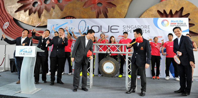 Hitting of the gong by both OUE Limited Executive Chairman, Dr. Stephen Riady and President of SBA, Mr Lee Yi Shyan