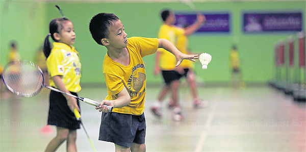 Kid learns how to serve in Intanon - May's badminton school