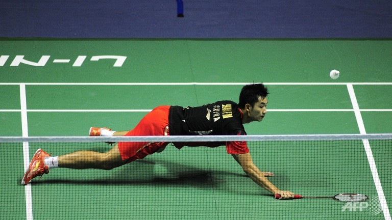 Wang Zhengming of China dives to recover a shot from Son Wan Ho of South Korea.